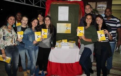 """Alunos lançam 3º edição do livro """"Filosofando"""""""