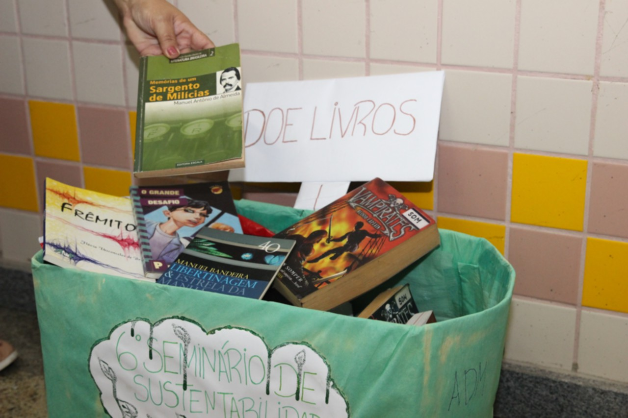 Estudantes arrecadam livros para doação