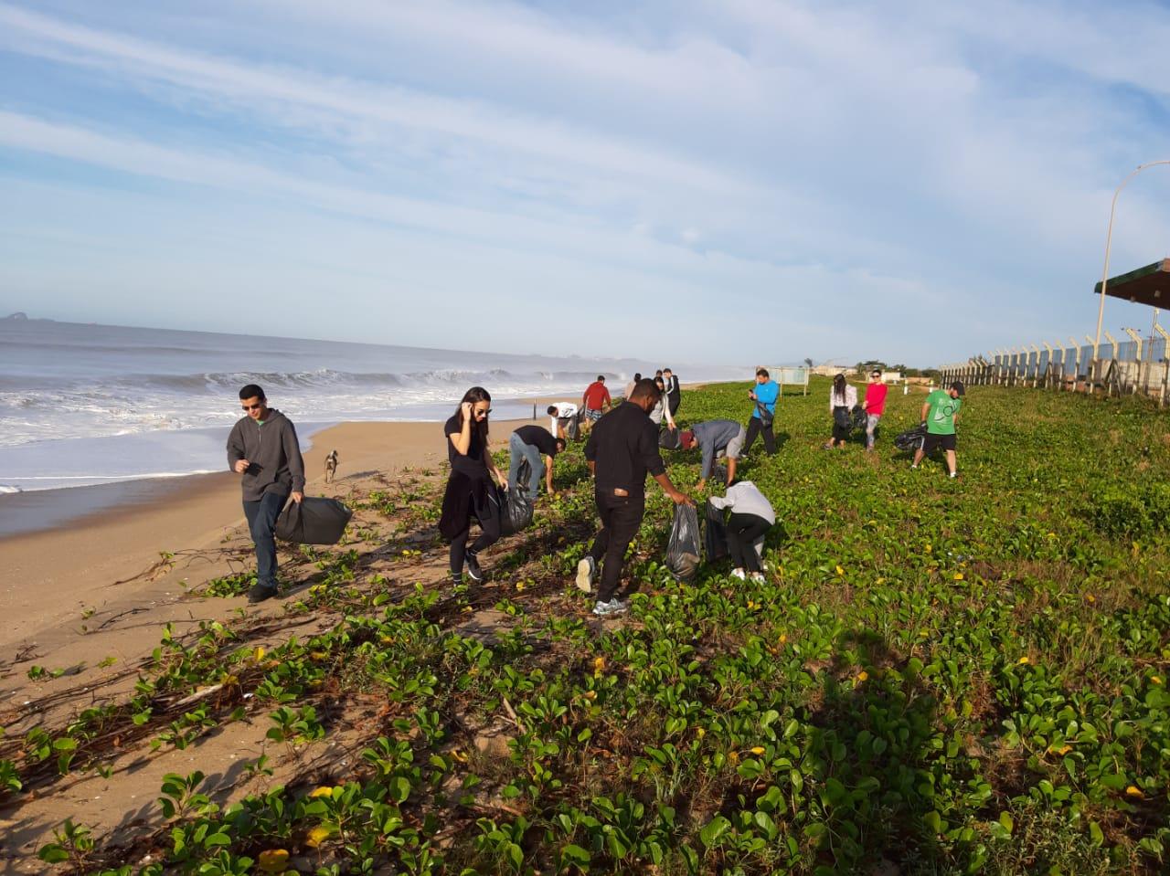 Universitários realizam limpeza de praia no Dia Mundial dos Oceanos