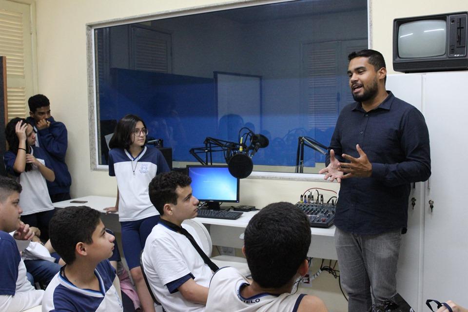 Alunos visitam Estúdio de Rádio da Faculdade Salesiana